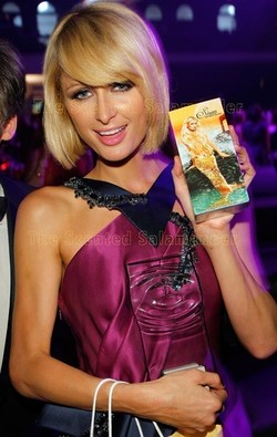 Paris Hilton Holding Her FiFi Award & Siren {Perfume Images} {Celebrity Fragrance}