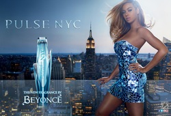 Beyoncé Pulse NYC (2013): Beyoncé in New York City Nibbling on a Red Velvet Cupcake {New Perfume} {Celebrity Fragrance}