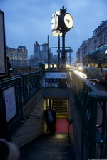 Sneaking a Smoke // En Griller Une in Paris Moods // Climats de Paris {Paris Street Photogaphy}