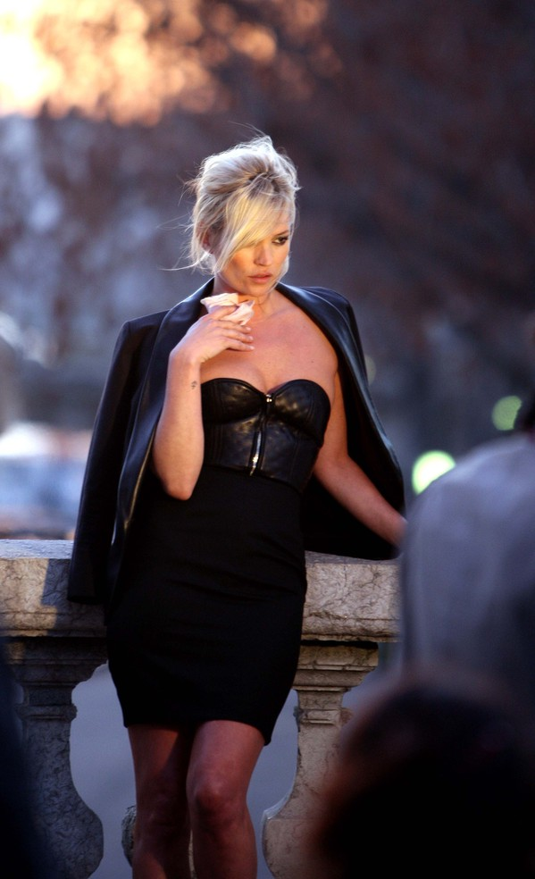 Kate_Moss_at_the_Yves_Saint_Laurent_photoshoot_in_Paris_2220_122_375lo.jpg