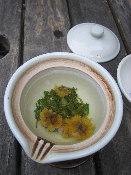 Korean_chrysanthemum_tea-Gukhwacha-01.jpeg