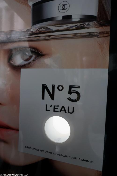 No_5_L_Eau_Pub_Bus.jpg