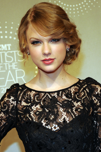 Taylor_Swift_CoverGirl_makeup_beauty_tips-cropped-proto-custom_7.jpg
