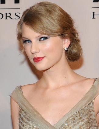 Taylor_Swift_eye_makeup_trends_date-cropped-proto-custom_14.jpg