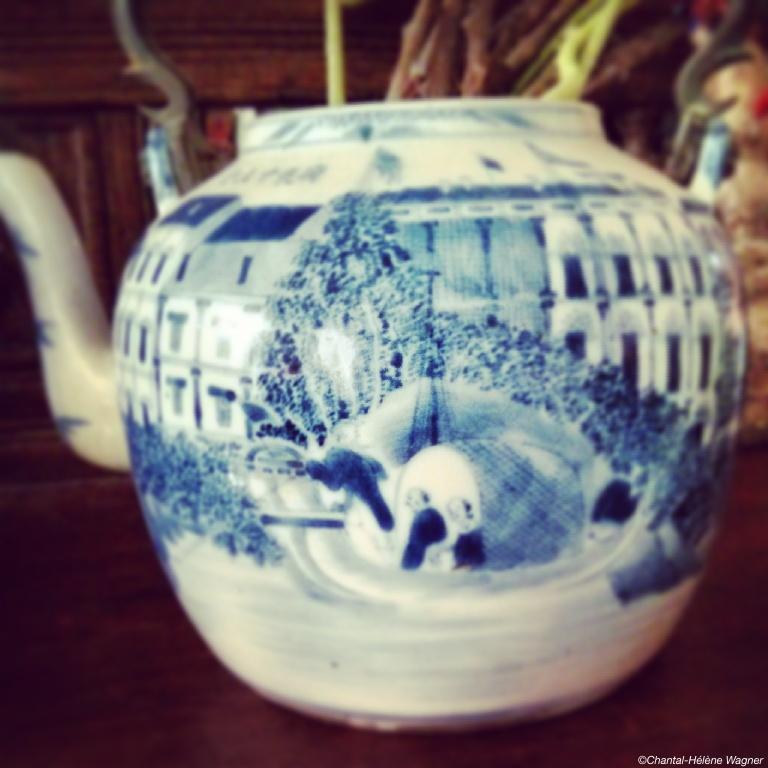Tea_pot_maritime_motif.jpg
