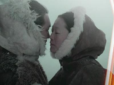eskimos_rubbing_noses_Kissing.jpg