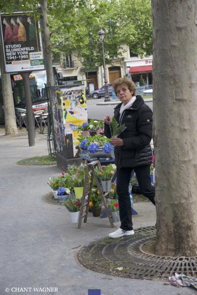 marchande-de-muguet-devant-Luxembourg.jpg